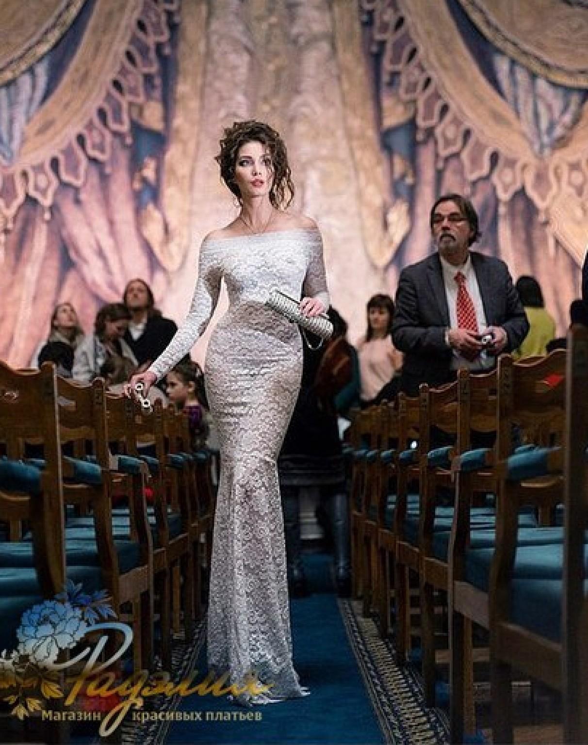a383e726b3e2 Платья со скидкой! Белое кружевное платье в пол с открытыми плечами ...